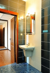 Современные душевые и туалетные комнаты во всех номерах отлея